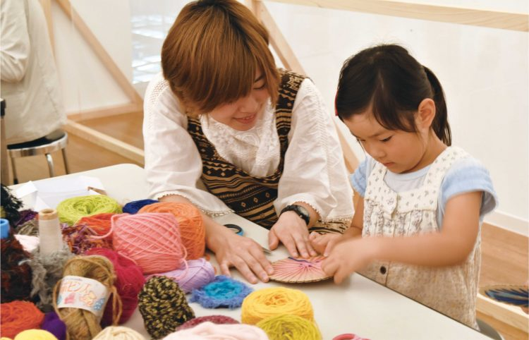 西脇市 岡之山美術館子ども織物体験教室 (くるくる織ワークショップ)